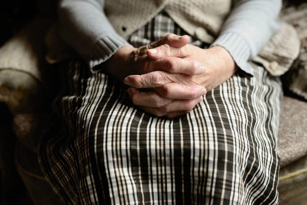mani della nonna con dita intrecciate