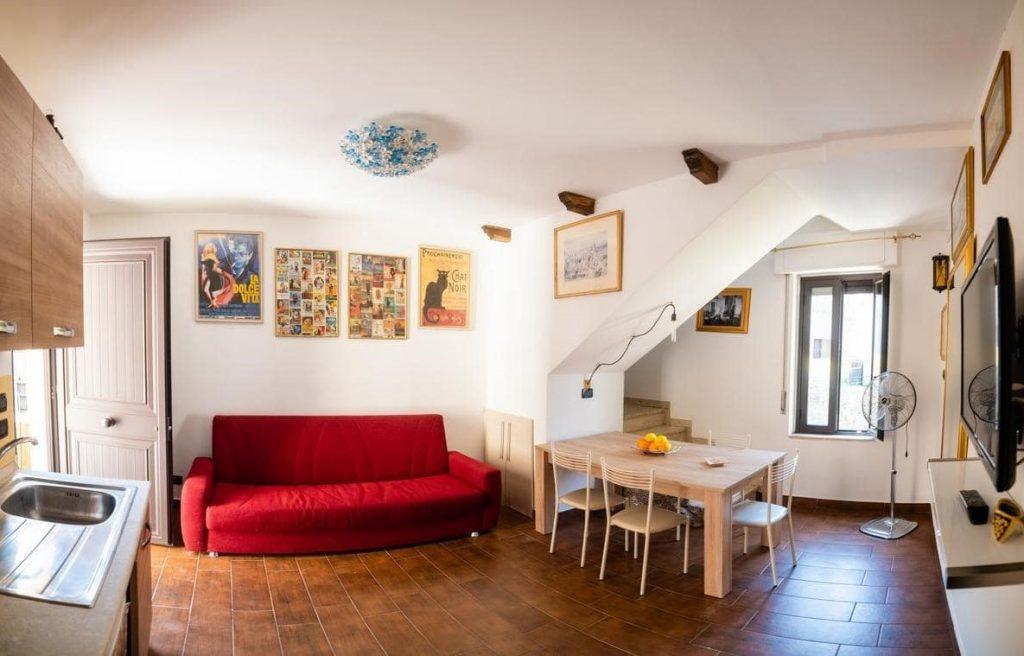 camera da pranzo con divano rosso